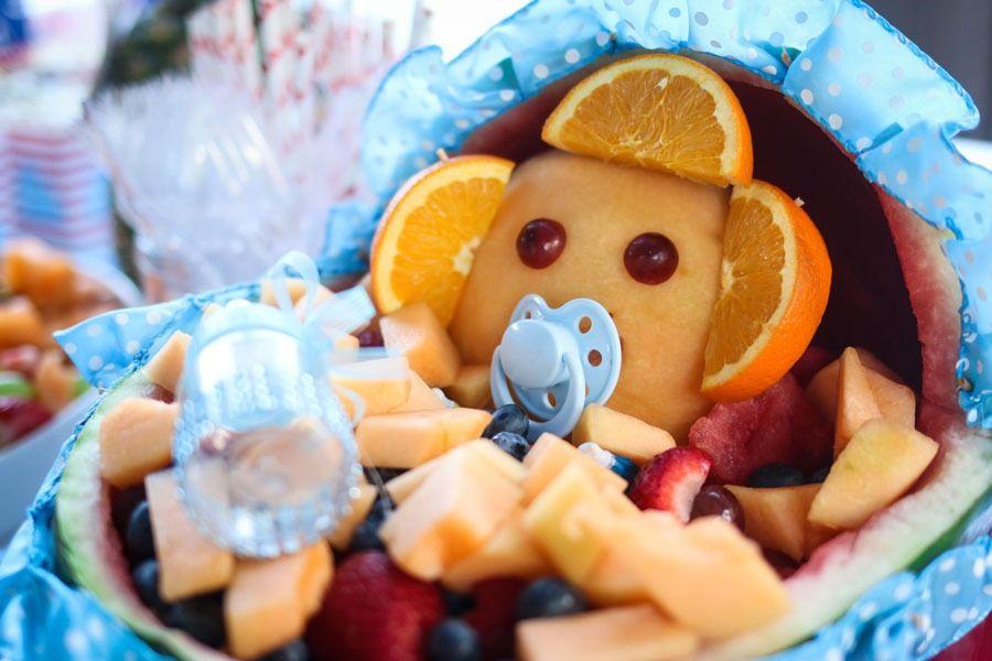פיסול בפירות - פסל תינוק באמבטיה