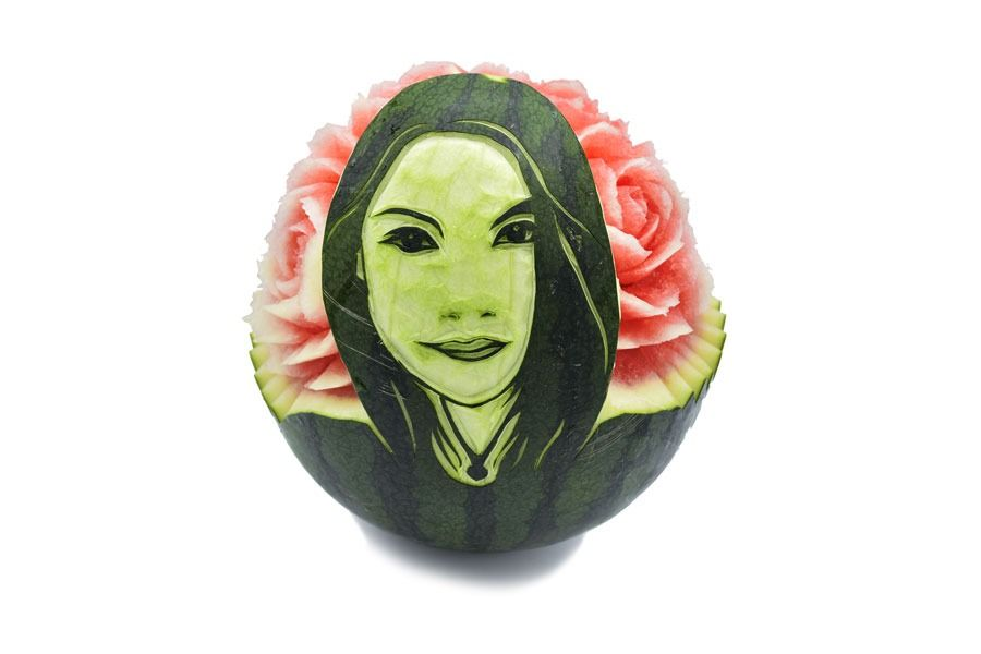 פיסול בפירות - פני אישה על אבטיח