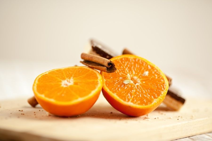 תפוז וקינמון להכנת בושם ביתי