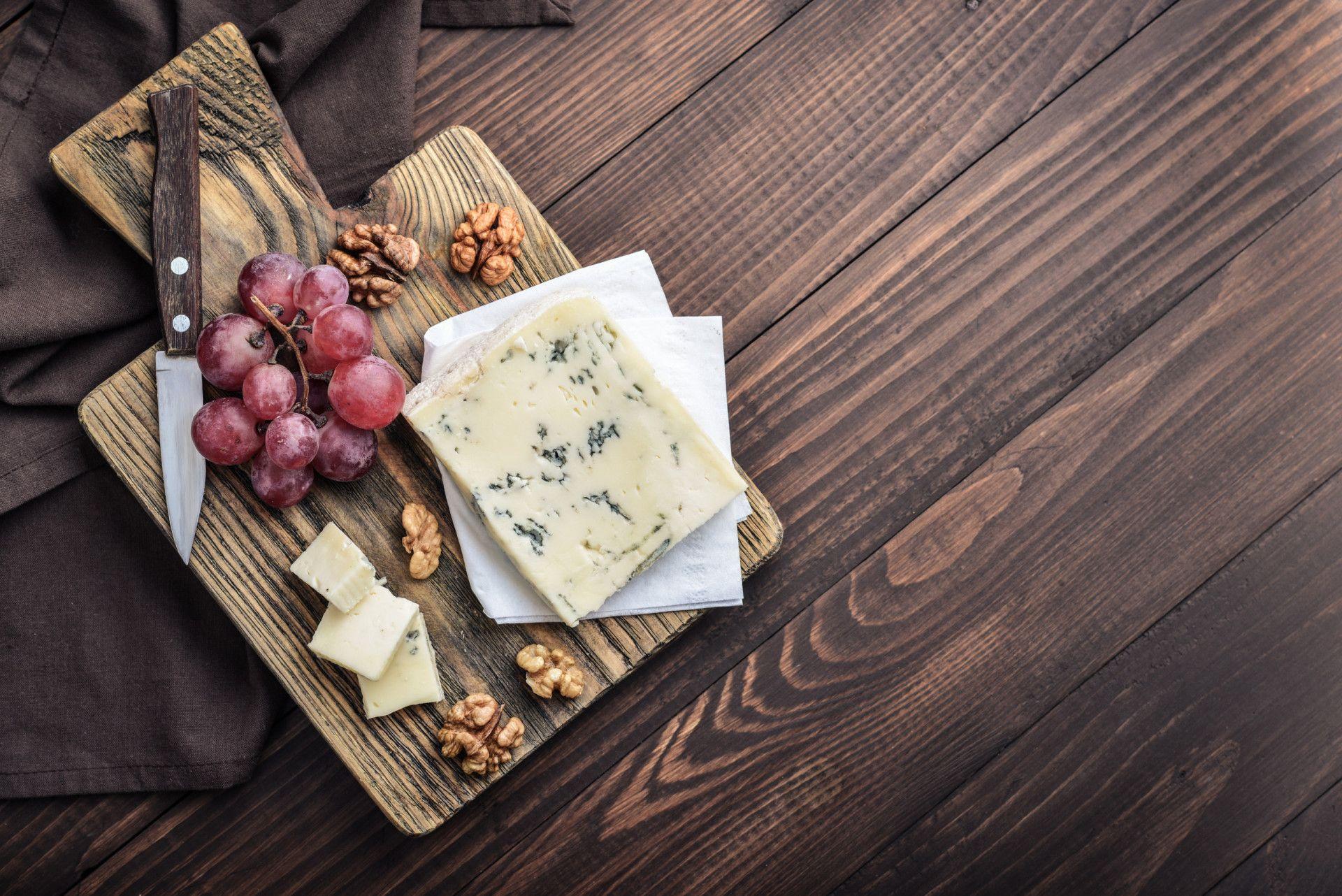 גבינות כחולות וענבים אדומים