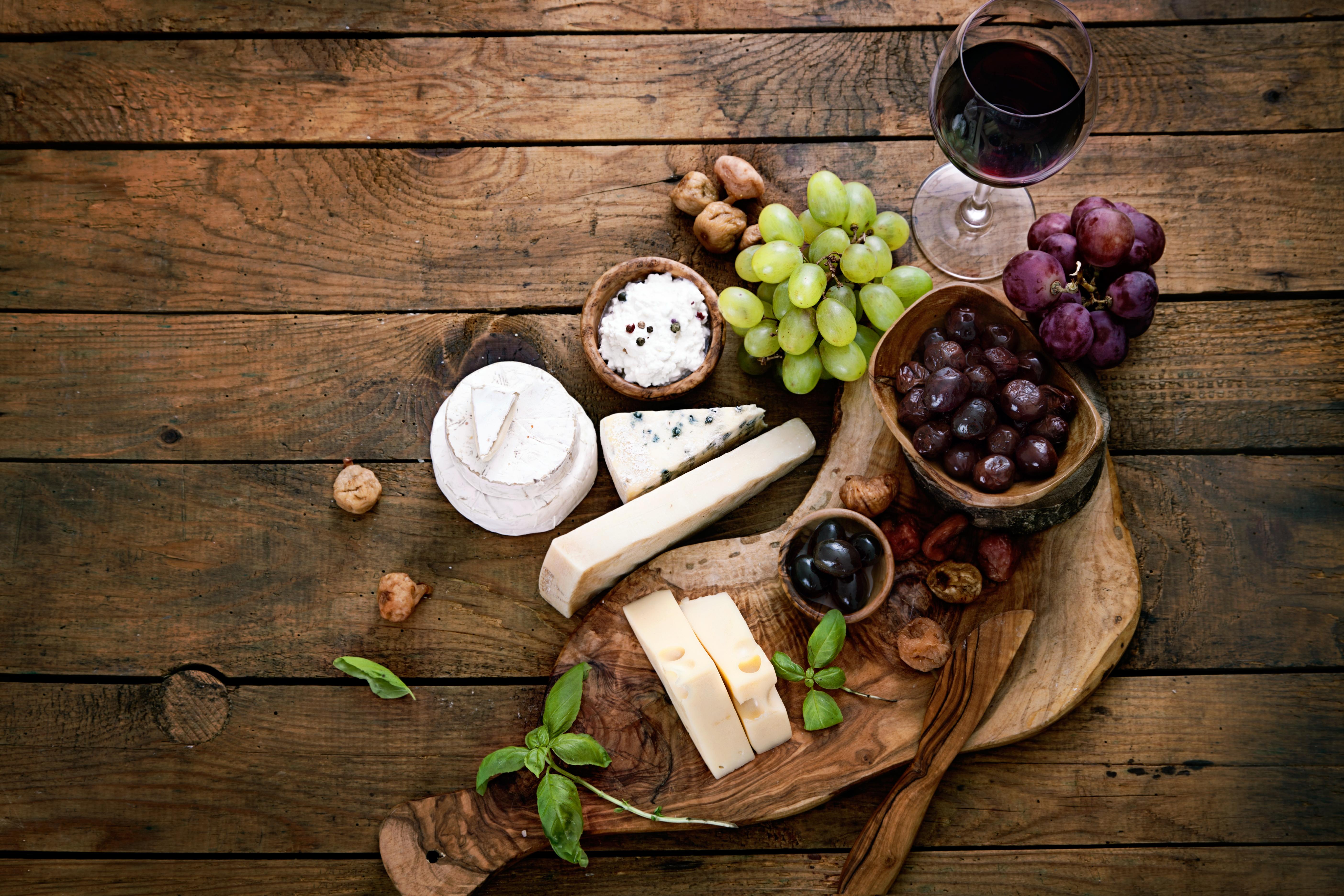 פלטת גבינות וענבים מושקעת לאירוח