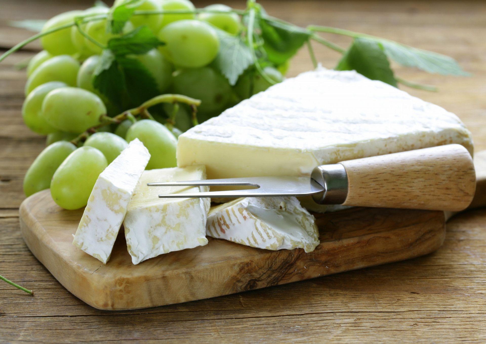 גבינת ברי וענבים